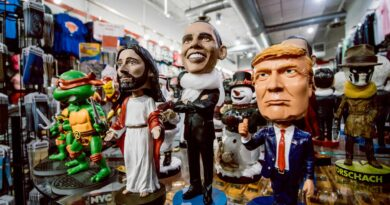 figurki prezydenta trumpa, obamy i jezusa